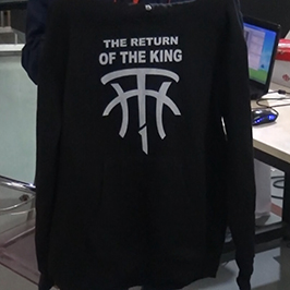 Zwart sweaterafdrukvoorbeeld met A2 t-shirt printer WER-D4880T